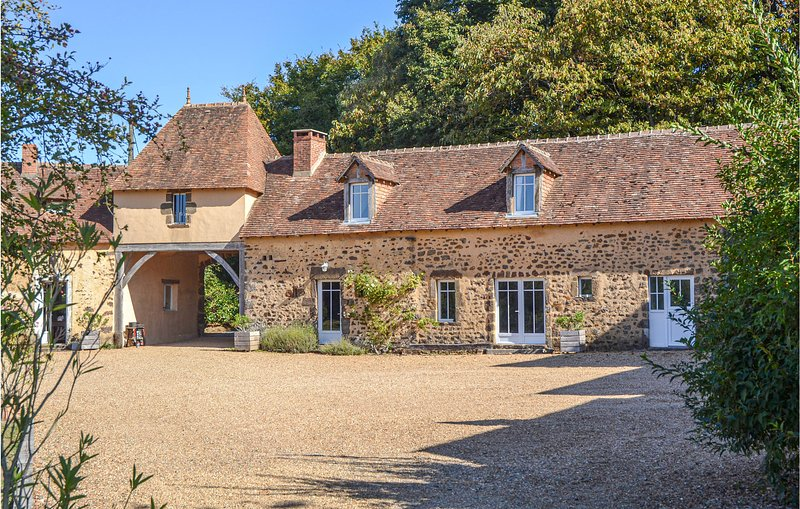 Stunning home in Domfront en Champagne with WiFi, Outdoor swimming pool and 2 Be, holiday rental in Sille-le-Guillaume