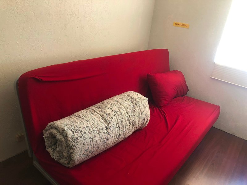 SR3 - Comfy Overnight Futon For Late-Night Drivers, alquiler vacacional en Elk Grove