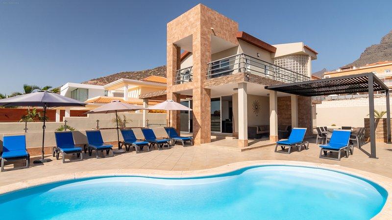 Villa moderna con piscina privata riscaldata, vista sul mare e sulle montagne.