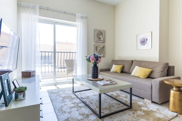 Signature Living in Modern 1BR Apartment at JVT!, aluguéis de temporada em Jebel Ali