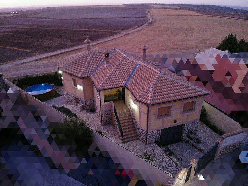 Casa muy amplia y con encanto, muy cerca de Toledo a tan sólo 5 minutos en coche, location de vacances à Arges