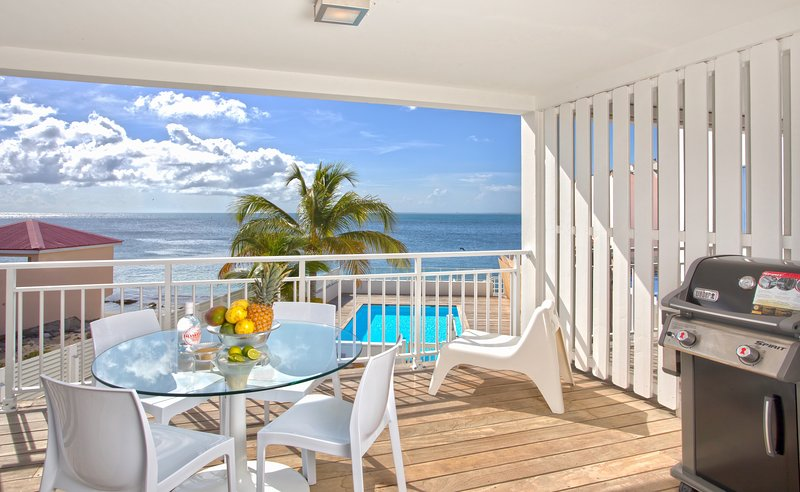 NEW = CENTRAL 2 Bedrooms Apartment on the Grand Case Beach. POOL. GARAGE., holiday rental in Grand Case