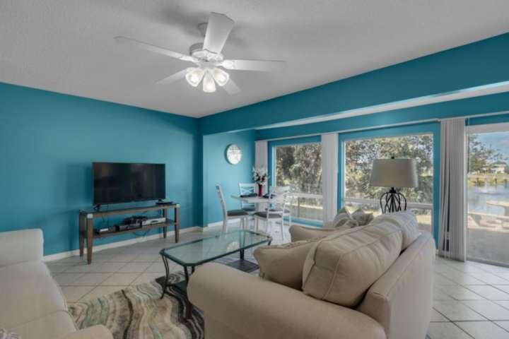 Offenes, großes Zimmer mit passendem Sofa und Loveseat, großem Flachbild-TV und Esstisch für 4 Personen