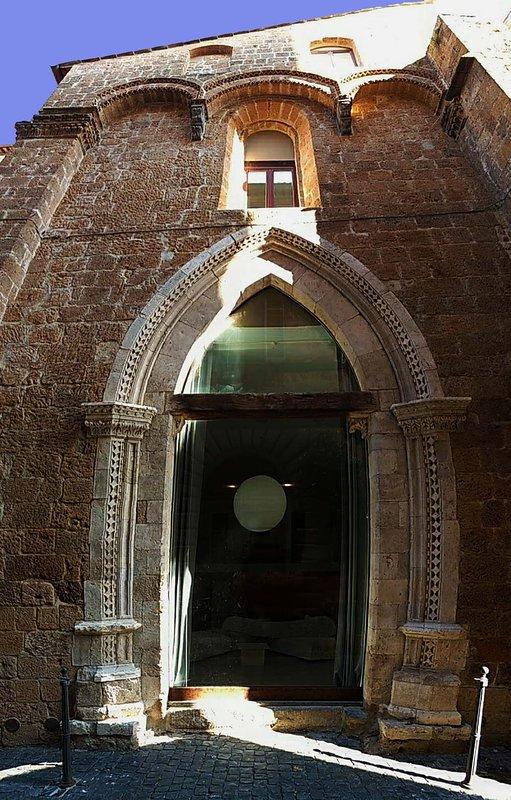 Fassade mit gotischem Portal
