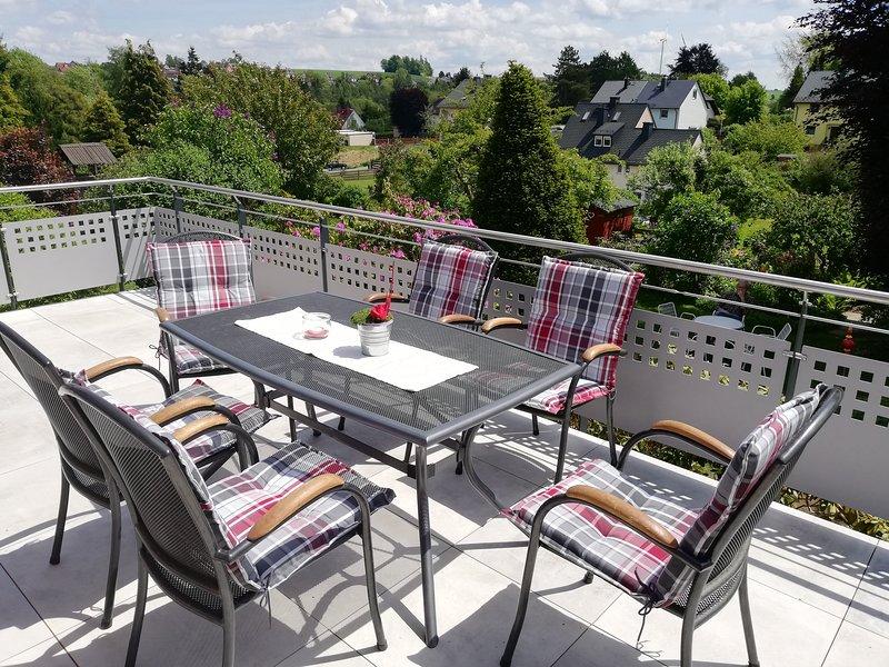 Balkon mit Essplatz und Liegen