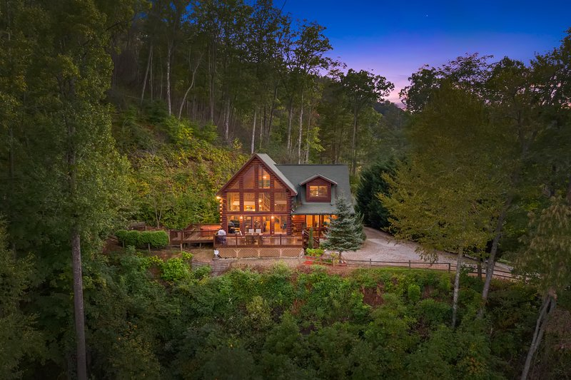 Eagles Nest Hideaway Luxury Cabin, Spectacular View, Hot Tub, Fire Pit & Privacy, vacation rental in Bryson City
