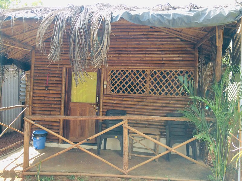 Angels Inn - Bamboo Cottage with attached bathroom, location de vacances à Sawantwadi