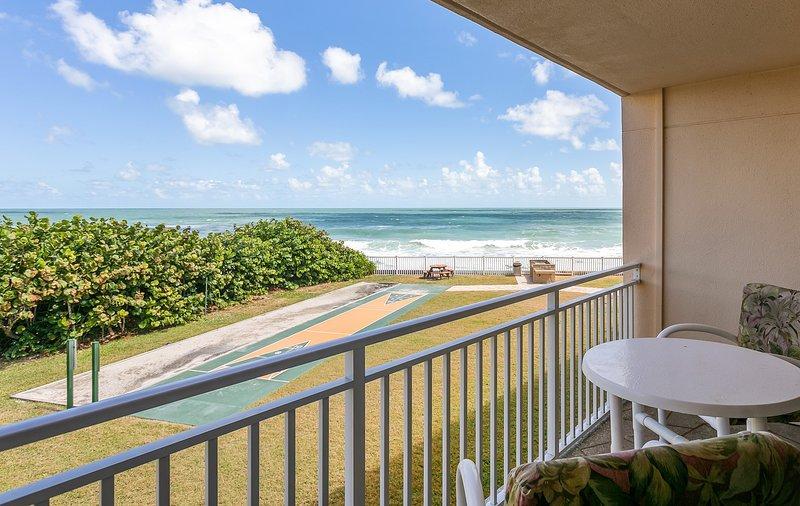 Right on the Beach. Family & Pet Friendly. Great Ocean views, alquiler de vacaciones en Satellite Beach