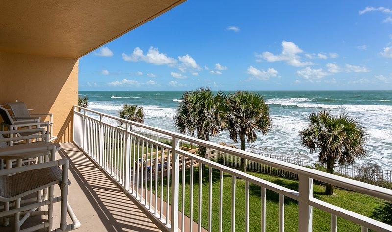 Enjoy your extra large balcony with Direct Ocean Front views, alquiler de vacaciones en Indian Harbour Beach