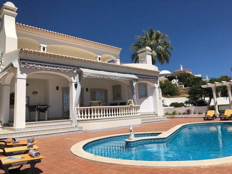 Cuatro suites, piscina, jacuzzi, comedor al aire libre, vista excepcional al mar ...