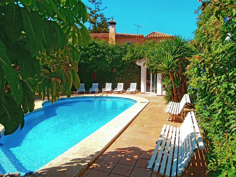 Luxurious property in a tranquil setting within walking distance to beach, vacation rental in Torre del Mar