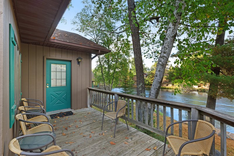 Villa w/ private deck, shared dock/tennis/basketball court - dogs welcome!, holiday rental in Eagle River