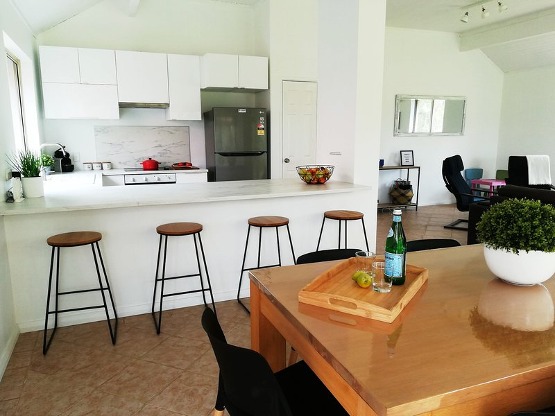 Cosy cottage w/Golf views in Dunsborough, free WiFi, ideal families and groups, holiday rental in Quedjinup