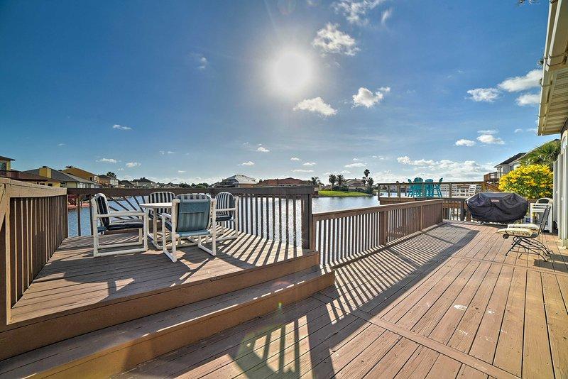 Waterfront Corpus Christi House w/ Deck+Dock!, alquiler de vacaciones en Chapman Ranch