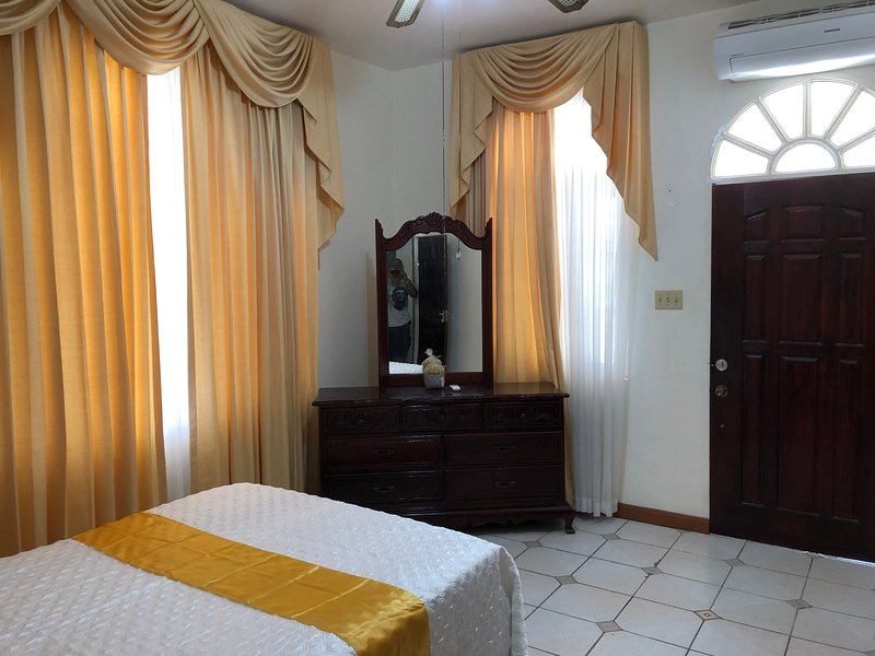 GoldenView Guesthouse G1, near Ocho Rios, holiday rental in Tower Isle