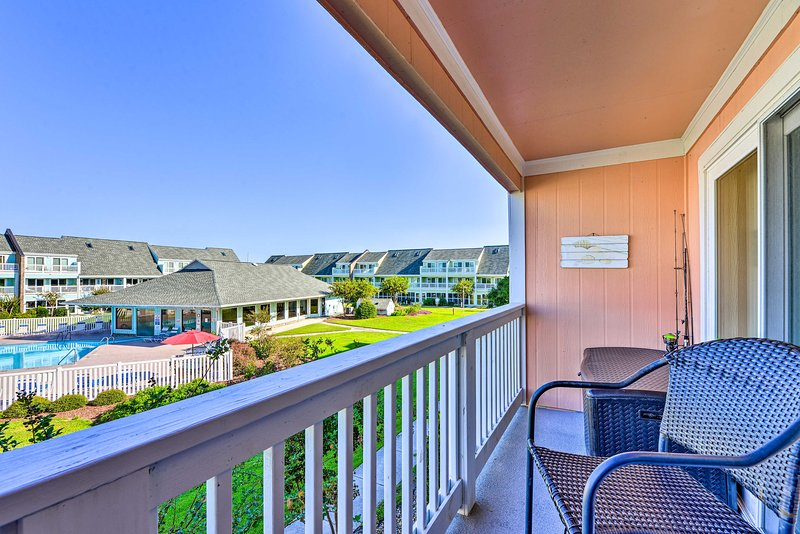 Oceanfront Emerald Isle Condo, Walk to Beach!, location de vacances à Île d'Émeraude