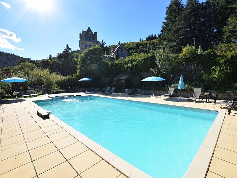 Beautiful Apartment in Saint-Prix with Swimming Pool, casa vacanza a Gluiras