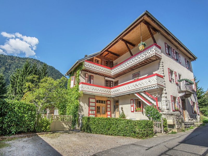 Large and tasteful Alpen Chalet at the foot of the skiing area Les Portes du Sol, casa vacanza a Saint Jean Aulps