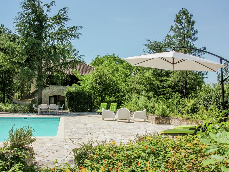 Gite with private swimming pool in wonderful, peaceful setting, vacation rental in Anglars-Juillac