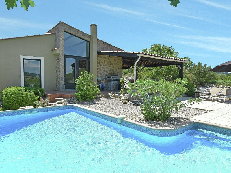 Luxury villa on hilltop with wide views, private & heated pool near famous Uzès, holiday rental in Seynes
