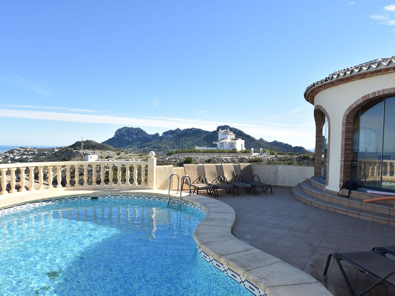 Villa with modern furnishings, a private swimming pool and a beautiful view, vacation rental in Sagra