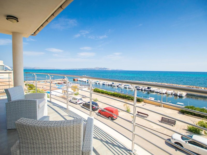 Luxury villa right on the sea with an indoor pool on Mallorca, holiday rental in Son Serra de Marina