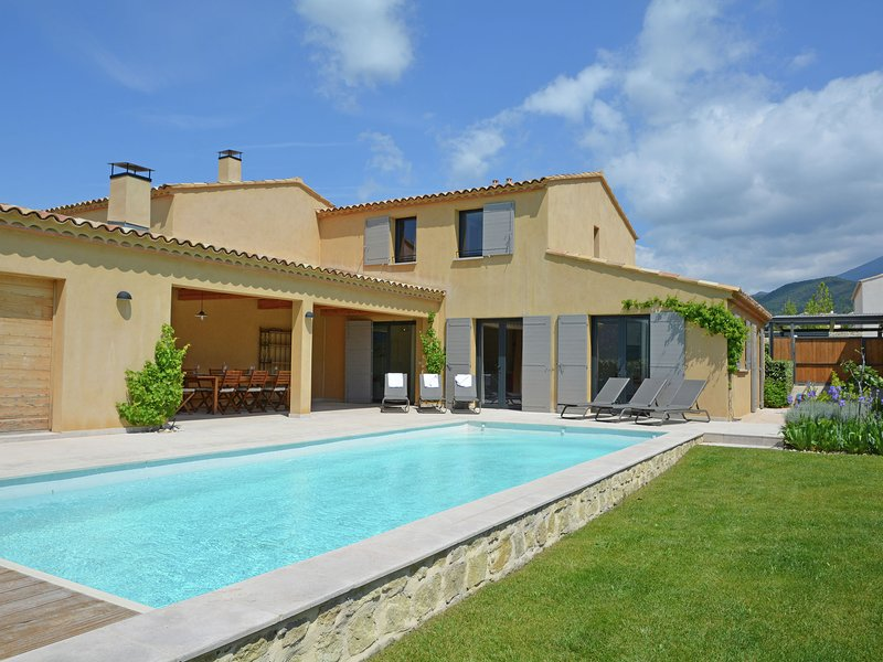 Luxury villa with heated private swimming pool in grounds walking distance from, vacation rental in Malaucene