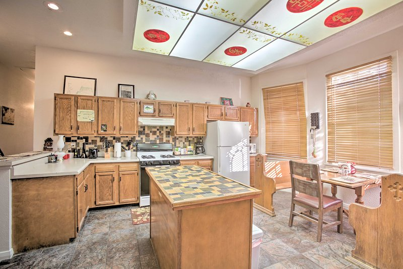 This fully equipped kitchen has everything you need to cook home-made meals.