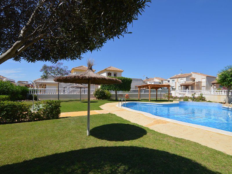 Nice holiday home in Lo Crispin near Ciudad Quesada with shared pool, holiday rental in Algorfa