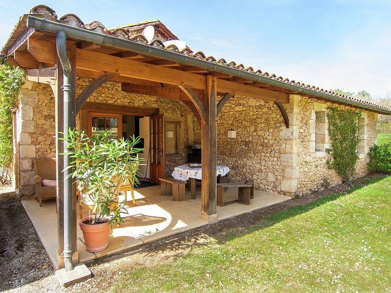 Beautiful Holiday Home in Issac with Swimming Pool, location de vacances à Neuvic