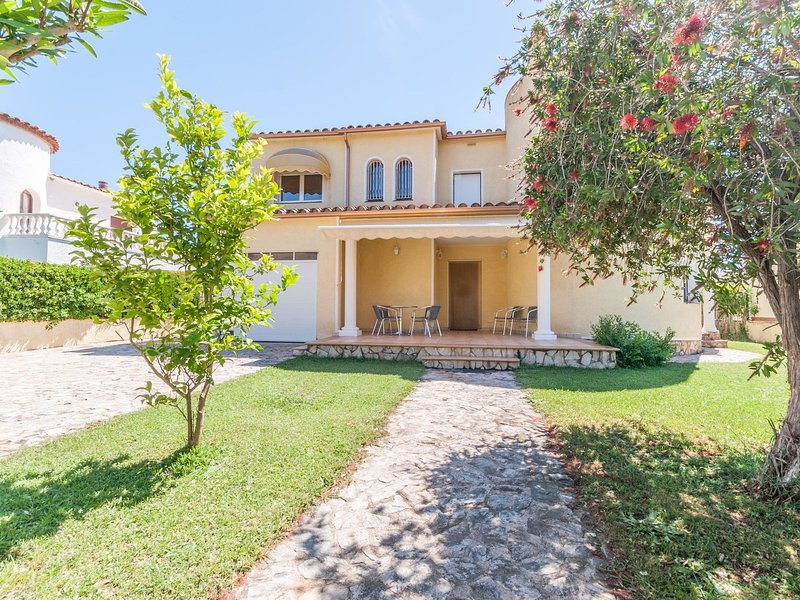 Idyllic holiday home in St Pere Pescador, with barbecue, holiday rental in Vilacolum