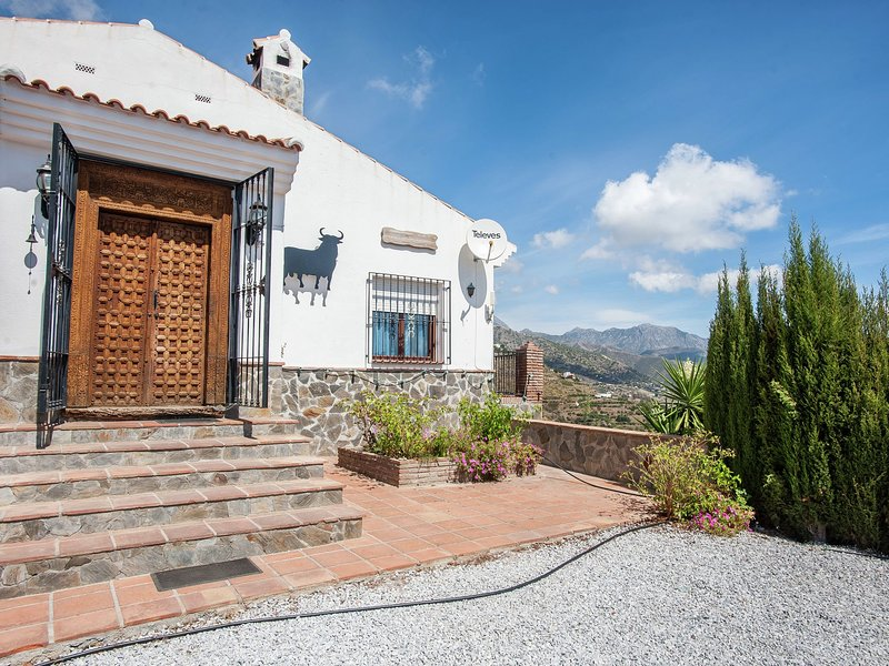 Spacious cottage with private pool and beautiful views of mountains and sea, holiday rental in Sayalonga