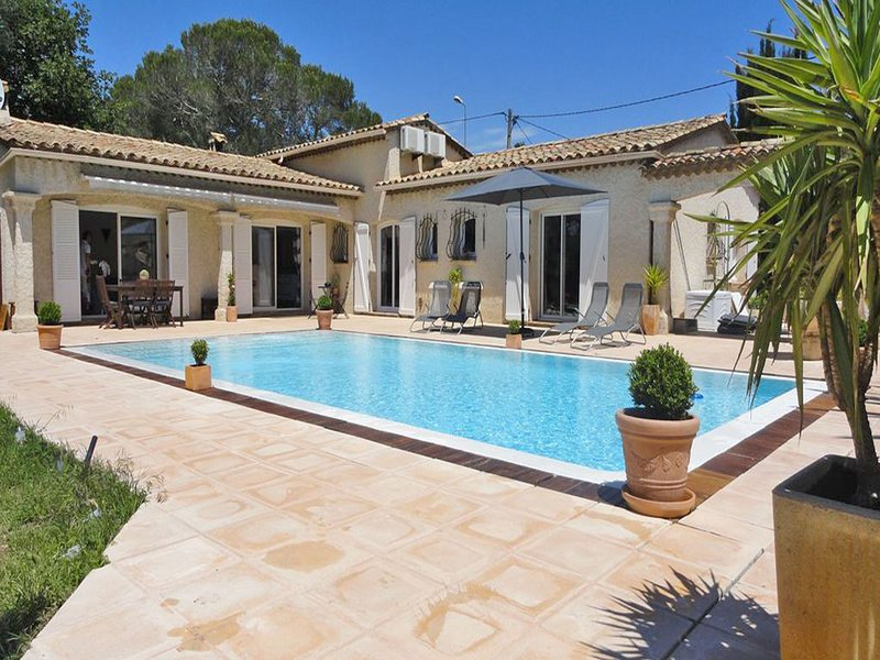 Detached villa with private pool and air conditioning, 10 km from the Mediterran, vacation rental in Puget-sur-Argens