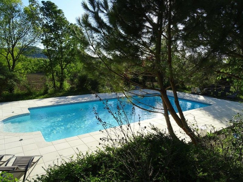 Cozy Holiday Home in Pont-de-Barret with Swimming Pool, vacation rental in Puy-Saint-Martin