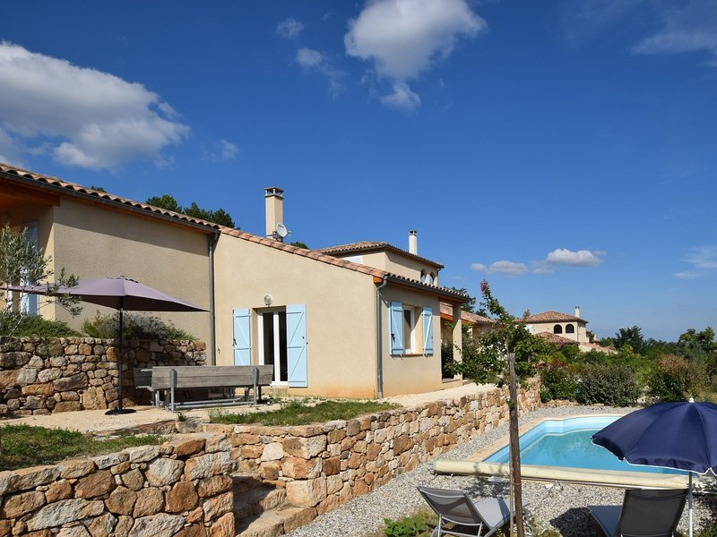 Lovely holiday villa with private swimming pool and magnificent view in Ardeche, location de vacances à Joyeuse