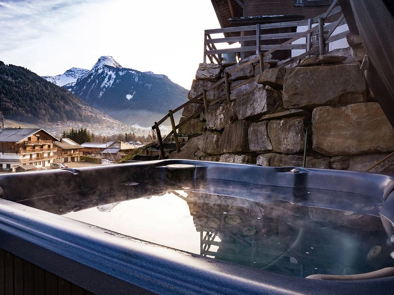 Luxieuze Chalet near the center of Morzine with sauna and hot tub, holiday rental in La Cote-d'Arbroz
