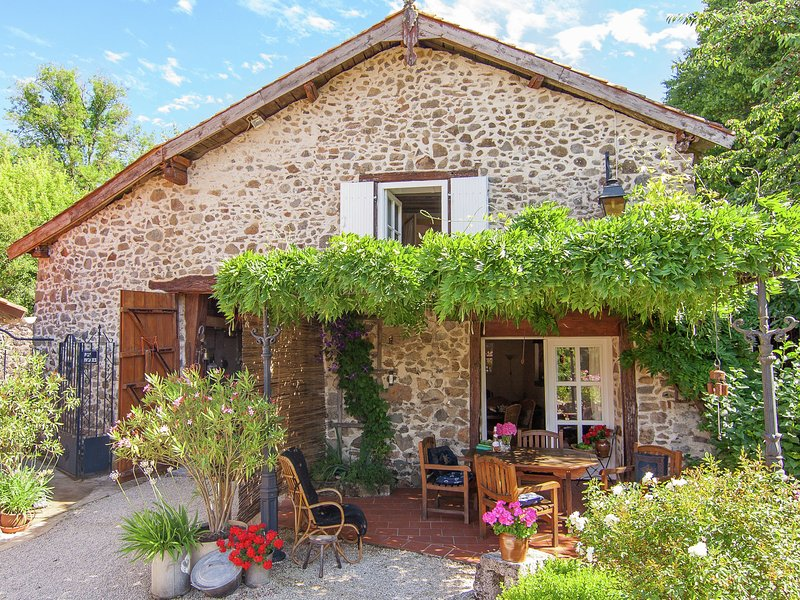 Detached, romantic cottage with communal swimming pool, terraces and large garde, location de vacances à Roussines