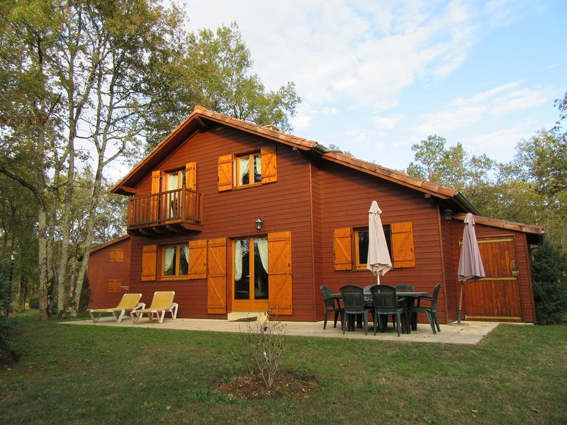 Wooden chalet in the woods of the beautiful Dordogne valley, vacation rental in Lanzac