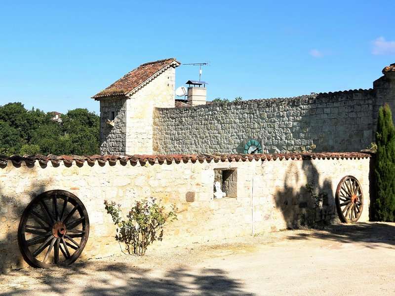 Authentic Castle in Bon-Encontre with Open Kitchen, holiday rental in Castella