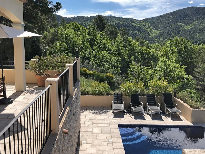 Top! Beautiful villa with 4 suites, heated private pool, panoramic view, location de vacances à Bargemon