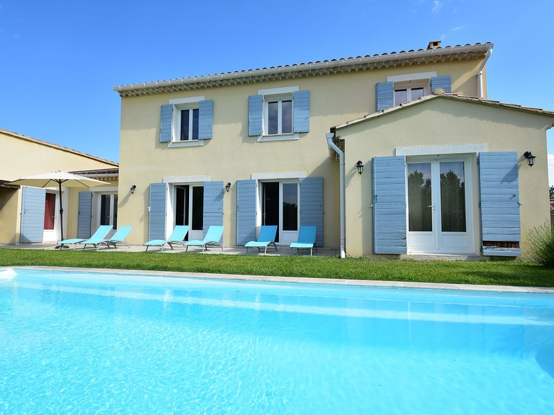 Spacious Villa in Vaison-la-Romaine with Swimming Pool, holiday rental in Crestet