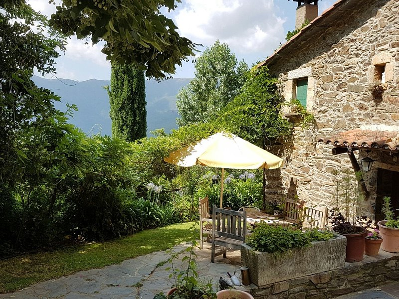 Authentic country house with swimming pool in nature park Montseny., aluguéis de temporada em Viladrau