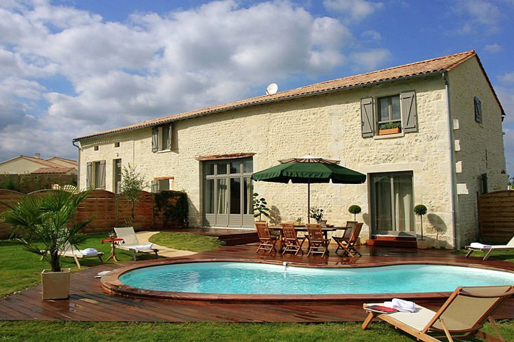 Luxurious villa with covered terrace in the rural Chalais, holiday rental in Parcoul