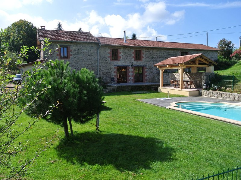 Lovely Holiday Home with Pool in Lavoine, location de vacances à Ferrières-sur-Sichon