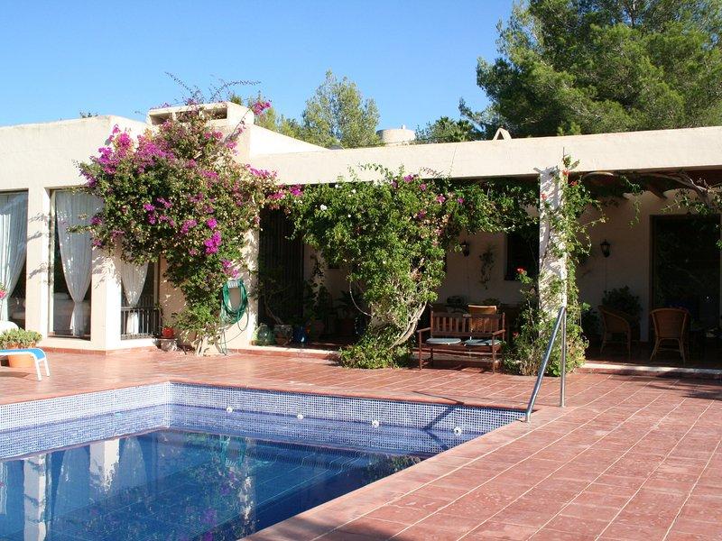Sunlit American Style Villa in St Joan de Labritja with Pool, alquiler vacacional en San Lorenzo