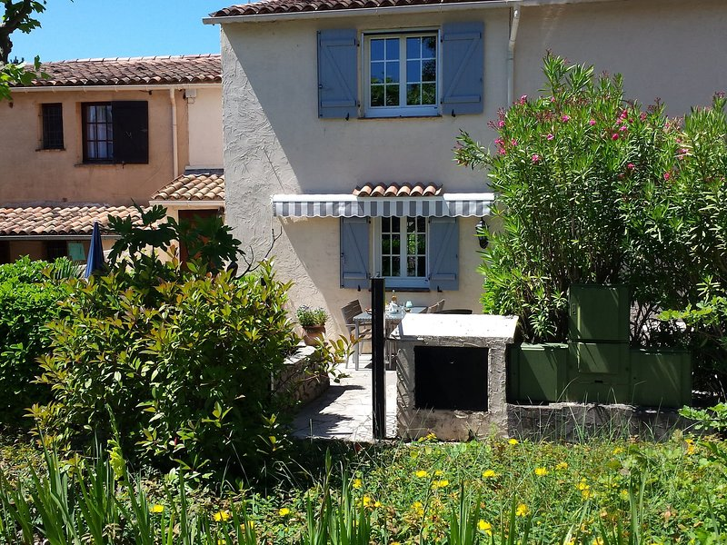 Holidayhome in estate with communal pool within walking distance to town centre, vacation rental in Peymeinade