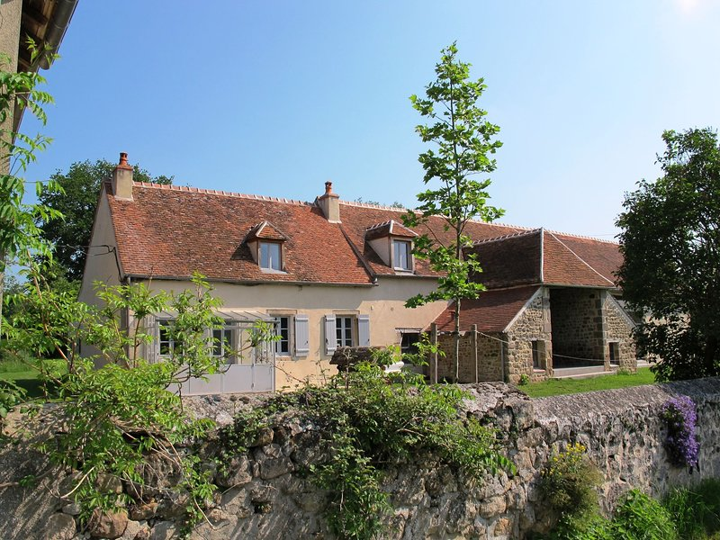 Luxury Farmhouse with Private Garden near Forest in Braize, holiday rental in Cerilly