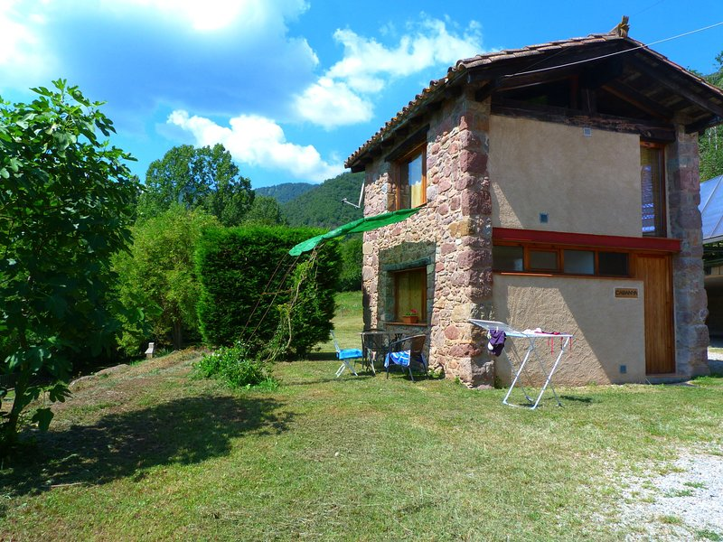 House for 2 persons with community pool near Olot surrounded by nature, alquiler vacacional en Olot