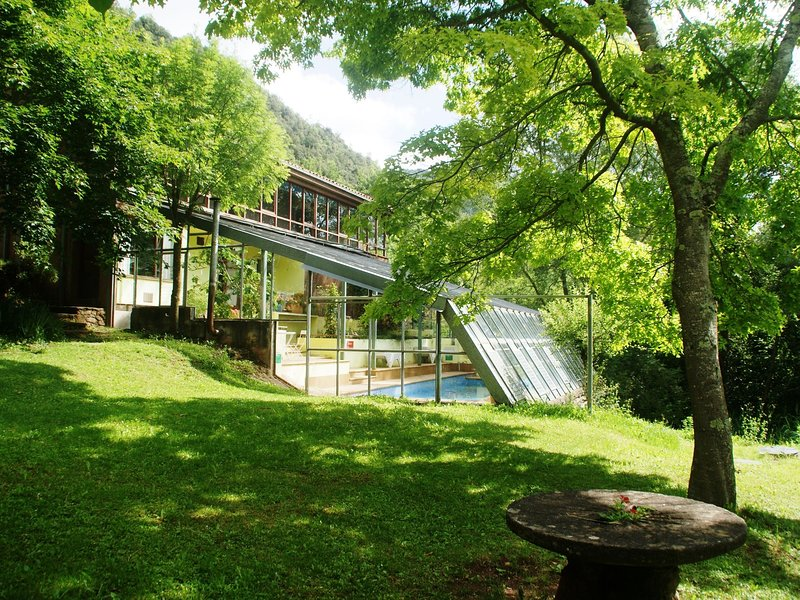 12-person house with heated communal swimming pool in the heart of nature, alquiler vacacional en Vidrà