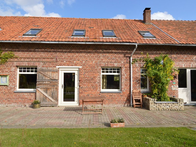 Cozy Holiday Home in Hondschoote with terrace, vacation rental in Watou